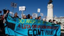250 alunos universitários em protesto no Parlamento