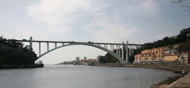 Queda de argamassa da Ponte da Arrábida corta marginal do Porto